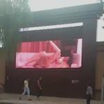 中国の大型街頭ビジョンに誤ってポルノ映像が流れちゃった放送事故の動画