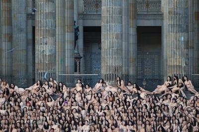 平和のために「一肌脱ぐ」、コロンビアで集団ヌード撮影 -AFPBB News