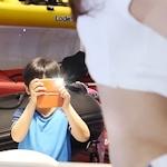 セクシーコンパニオンを撮影する少年