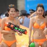 中国・瀋陽で数百人のビキニモデルも参加するBubble Runイベントを開催
