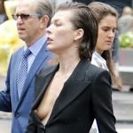 Milla Jovovich(ミラ・ジョボビッチ)が街中で胸チラして乳首見え
