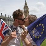 イギリスでキスをしてEU残留支持を表明するイベント