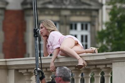 アメリカ女優 Amanda Seyfried(アマンダ・サイフリッド)がパリで撮影中ノーパンでマンコ見えてた 6