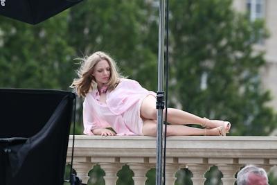 アメリカ女優 Amanda Seyfried(アマンダ・サイフリッド)がパリで撮影中ノーパンでマンコ見えてた 8