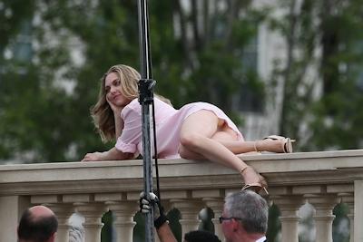 アメリカ女優 Amanda Seyfried(アマンダ・サイフリッド)がパリで撮影中ノーパンでマンコ見えてた 11