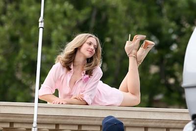 アメリカ女優 Amanda Seyfried(アマンダ・サイフリッド)がパリで撮影中ノーパンでマンコ見えてた 13