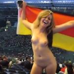 国旗を纏ったドイツ美女がスタジアムで全裸露出しちゃうセクシー動画