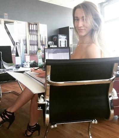 ベラルーシ大統領が「国民は裸で仕事を」と命令したんでオフィスで裸になってる写真 7