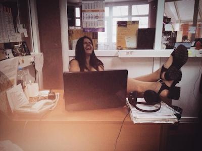 ベラルーシ大統領が「国民は裸で仕事を」と命令したんでオフィスで裸になってる写真 9
