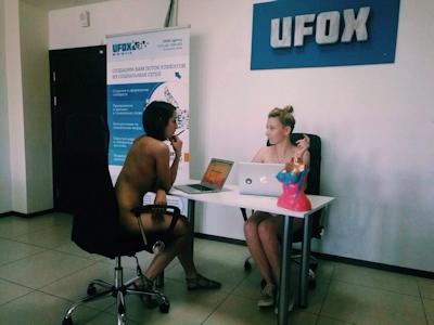 ベラルーシ大統領が「国民は裸で仕事を」と命令したんでオフィスで裸になってる写真 10