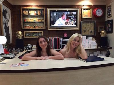 ベラルーシ大統領が「国民は裸で仕事を」と命令したんでオフィスで裸になってる写真 13