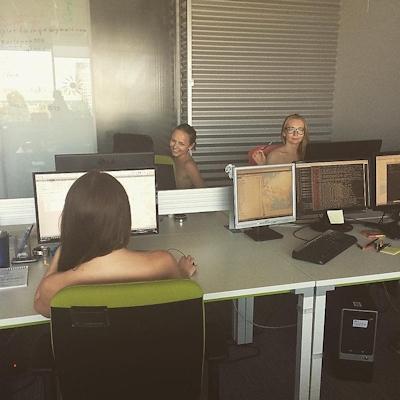 ベラルーシ大統領が「国民は裸で仕事を」と命令したんでオフィスで裸になってる写真 15