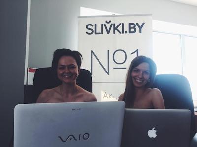 ベラルーシ大統領が「国民は裸で仕事を」と命令したんでオフィスで裸になってる写真 16
