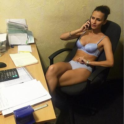 ベラルーシ大統領が「国民は裸で仕事を」と命令したんでオフィスで裸になってる写真 17