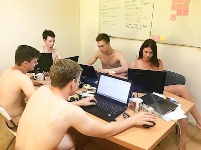 ベラルーシ大統領が「国民は裸で仕事を」と命令したんでオフィスで裸になってる写真 18