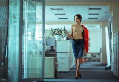 ベラルーシ大統領が「国民は裸で仕事を」と命令したんでオフィスで裸になってる写真 19