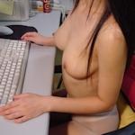美乳女性がオフィスで撮影したヌード画像