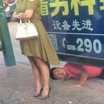 中国でスカートの中を下からのぞいてる男がSNSで晒される