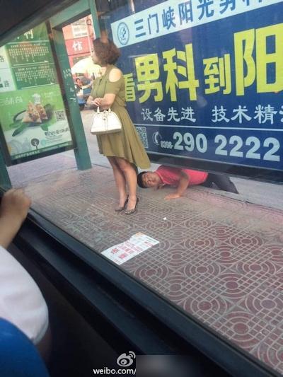 中国でスカートの中を下からのぞいてる男