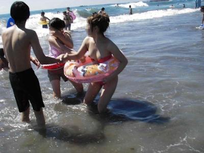 ビーチの素人女性おっぱい乳首ポロリ画像 20