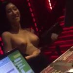 酔っ払ってクラブの受付でおっぱいを出しちゃってるアジア系女性の動画