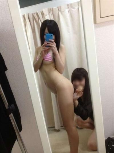 若い娘が鏡に映した恥ずかしい写真 9