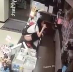台湾のファミリーマートで美女がいきなり放 尿&飲尿