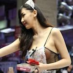 台湾成人展2016(アダルトエキスポ)に透けヌーブラのセクシーメイドコンパニオン