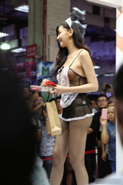 台湾のアダルトエキスポに透けヌーブラのセクシーメイドコンパニオン 4