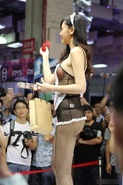 台湾のアダルトエキスポに透けヌーブラのセクシーメイドコンパニオン 5