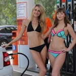 ロシアのガソリンスタンドがビキニ&ハイヒールで来店したら無料キャンペーンでビキニ美女多数来店