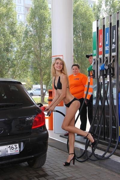 ロシアのガソリンスタンドがビキニ&ハイヒールで来店したら無料キャンペーンでビキニ美女多数来店 2