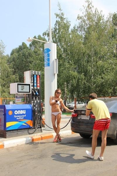 ロシアのガソリンスタンドがビキニ&ハイヒールで来店したら無料キャンペーンでビキニ美女多数来店 3