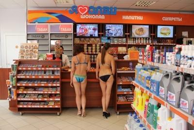 ロシアのガソリンスタンドがビキニ&ハイヒールで来店したら無料キャンペーンでビキニ美女多数来店 5