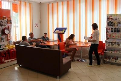 ロシアのガソリンスタンドがビキニ&ハイヒールで来店したら無料キャンペーンでビキニ美女多数来店 7