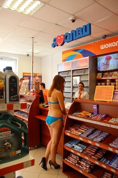 ロシアのガソリンスタンドがビキニ&ハイヒールで来店したら無料キャンペーンでビキニ美女多数来店 8