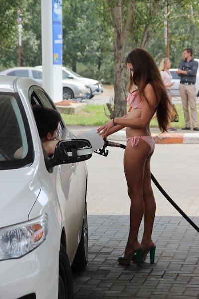 ロシアのガソリンスタンドがビキニ&ハイヒールで来店したら無料キャンペーンでビキニ美女多数来店 9