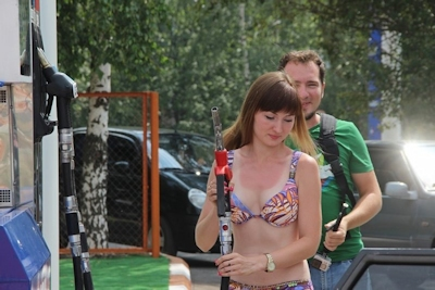 ロシアのガソリンスタンドがビキニ&ハイヒールで来店したら無料キャンペーンでビキニ美女多数来店 11