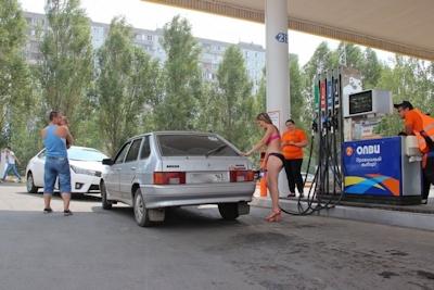 ロシアのガソリンスタンドがビキニ&ハイヒールで来店したら無料キャンペーンでビキニ美女多数来店 12