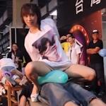 台湾成人展2016(アダルトエキスポ)で小島みなみ&尾上若葉がファンに跨って風船割りゲーム 【動画あり】