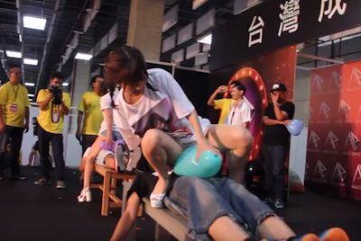 台湾成人展2016(アダルトエキスポ)で小島みなみ&尾上若葉がファンに跨って風船割りゲーム 1