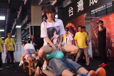 台湾成人展2016(アダルトエキスポ)で小島みなみ&尾上若葉がファンに跨って風船割りゲーム 2
