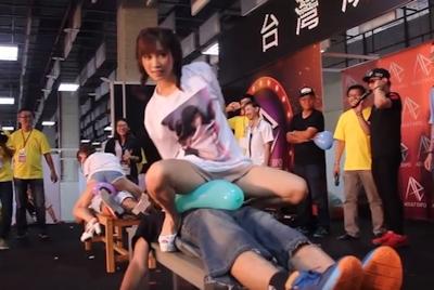 台湾成人展2016(アダルトエキスポ)で小島みなみ&尾上若葉がファンに跨って風船割りゲーム 3