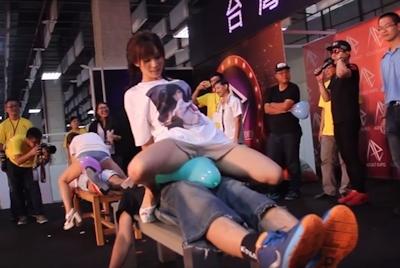 台湾成人展2016(アダルトエキスポ)で小島みなみ&尾上若葉がファンに跨って風船割りゲーム 4