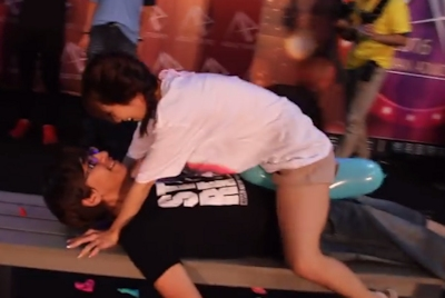 台湾成人展2016(アダルトエキスポ)で小島みなみ&尾上若葉がファンに跨って風船割りゲーム 6