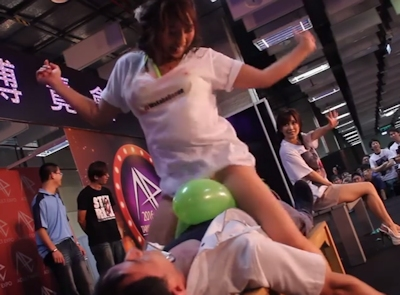 台湾成人展2016(アダルトエキスポ)で小島みなみ&尾上若葉がファンに跨って風船割りゲーム 7