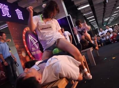 台湾成人展2016(アダルトエキスポ)で小島みなみ&尾上若葉がファンに跨って風船割りゲーム 8