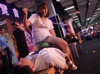 台湾成人展2016(アダルトエキスポ)で小島みなみ&尾上若葉がファンに跨って風船割りゲーム 9