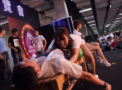 台湾成人展2016(アダルトエキスポ)で小島みなみ&尾上若葉がファンに跨って風船割りゲーム 10