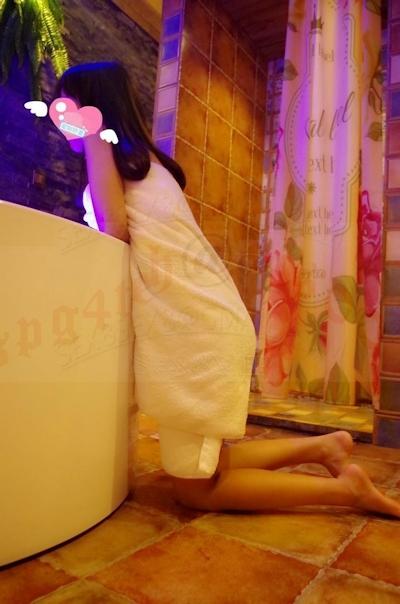美微乳&パイパンな風俗嬢を撮影したヌード画像 3